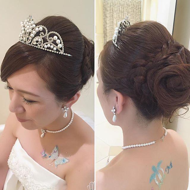 王道プリンセスなアップスタイル 大きなティアラが華やか♡ バックスタイルは遊びを少しプラスしてみました #hawaii#hairmake#hairarrange#makeup#weddinghair#hawaiihairmake#weddingphoto#photoshooting#TerraceByTheSea#TheTerraceByTheSea#53ByTheSea#TAKAMIBRIDAL#テラスバイザシー#タカミブライダル#ハワイウェディング#ハワイヘアメイク#ウェディングヘア#ヘアメイク#ヘアスタイル#ヘアセット#ヘアアレンジ#花嫁#プレ花嫁#オシャレ花嫁#ウェディング#美容師#ティアラ