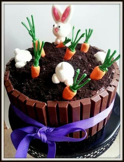 Un gâteau au chocolat de Pâques façon jardin avec lapin et carottes