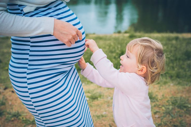 Séance Laetitia, Stéphane et Maëla, photo extérieur Bois de Vincennes, île de Reuilly et Île de Bercy, Maëla qui caresse le ventre de sa maman