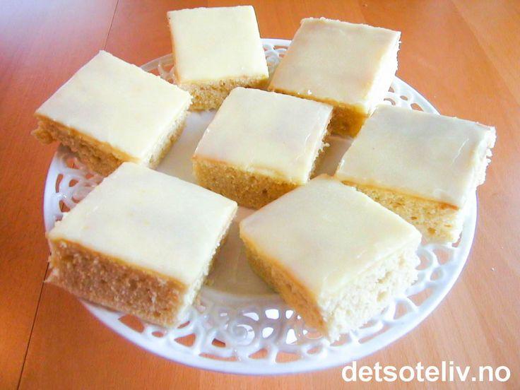 """""""Sitronkake i langpanne"""" smaker friskt og godt og har en deilig, myk konsistens. Kaken blir ekstra fin hvis du topper den med gul melisglasur med sitronsmak. Oppskriften passer til stor langpanne."""