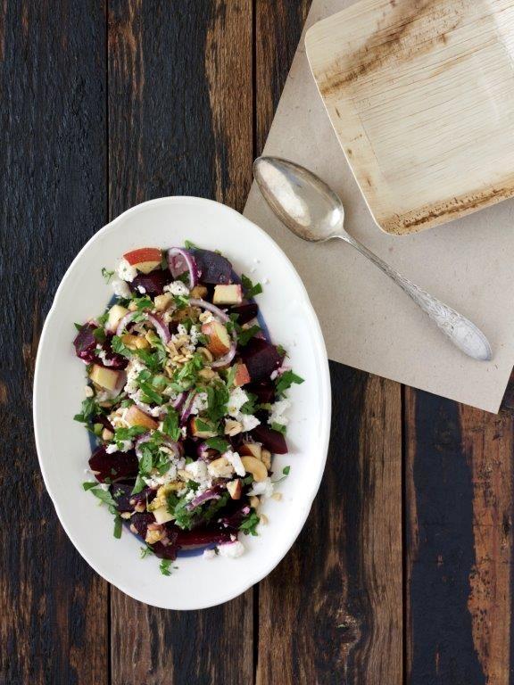 I denne salat kommer rødbedernes milde og søde smag til deres ret i mødet med det salte ost og de syrlige æbler. En enkel og dejlig vintersalat.