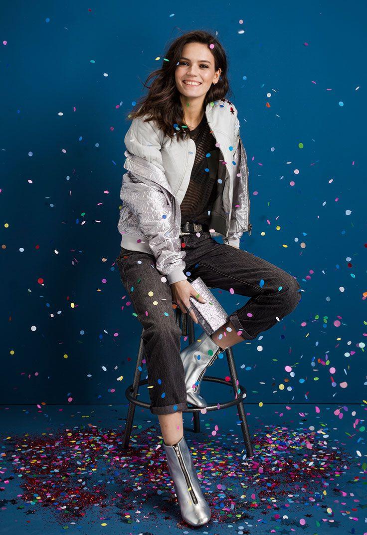 Je kantooroutfit kun je op een simpele manier upgraden naar een party outfit. Metallic items en glitterige tasjes geven je look de ultieme party vibe. #look #kerst #outfit #kleding #christmas #metallic #boots #bomber #mesh #feest