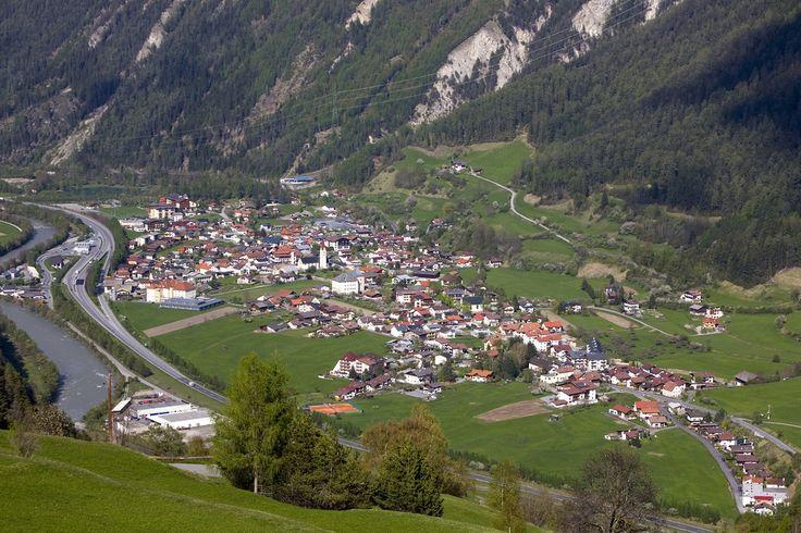 Das idyllische Feriendorf #Ried, liegt umrahmt von den malerischen Bergen der Ötztaler Alpen und der Samnaun-Gruppe.