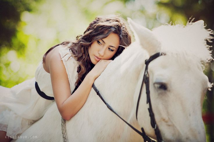 Фотосессия в парке с белой лошадью и пионами