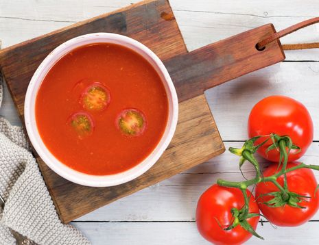 """Å lage sin egen hjemmelagede tomatsuppe smaker aller aller best. Bruk store og godt modne tomater for å få mest mulig smak. Suppen vår er smakt til med hvitløk og kajennepepper, noe som gjør den litt """"hot""""."""