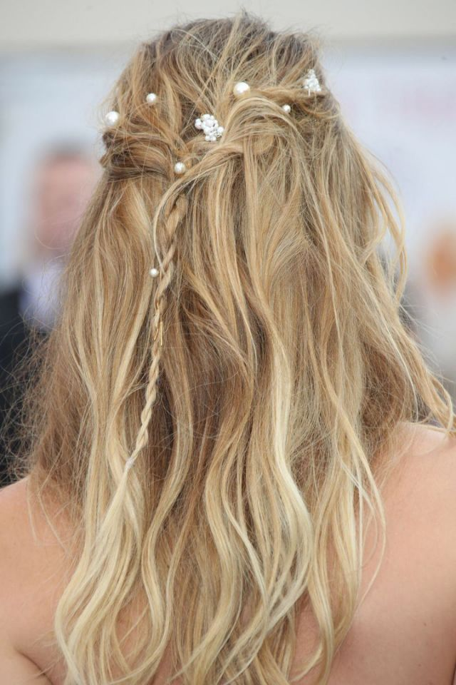 Meet your new lazy day hairstyle. All you need to do to achieve Lily James's hairdo at the Mamma Mia 2 UK premiere is this: Pull a couple of piece...