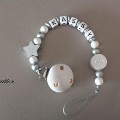 Attache sucette perle bois blanc et gris