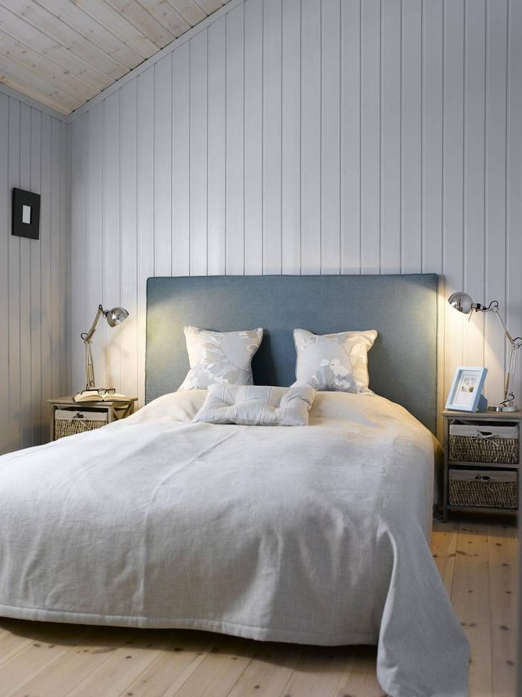 Soverommet er enkelt, men likevel spennende. Fargene på vegger, på sengegavlen og i sengetøyet er i ton-i-ton, og gir en fin effekt. Kombinert med industrielle nattbordslamer får rommet et preg av rustikk.