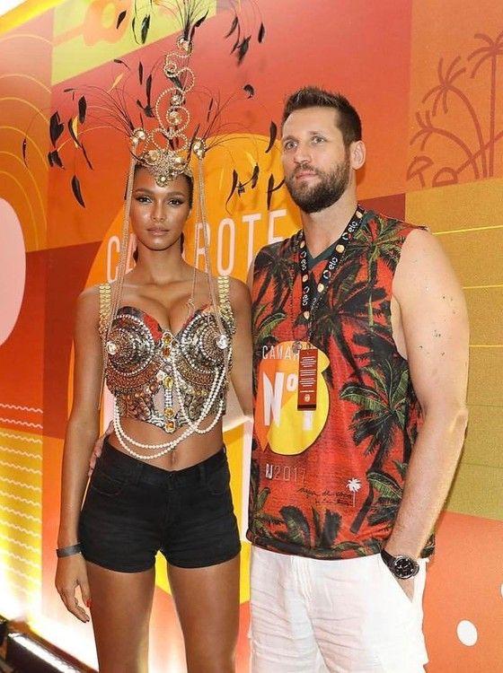 A top e o namorado, o jogador de basquete Jared Homan, posam no Carnaval carioca  (Foto: Divulgação)