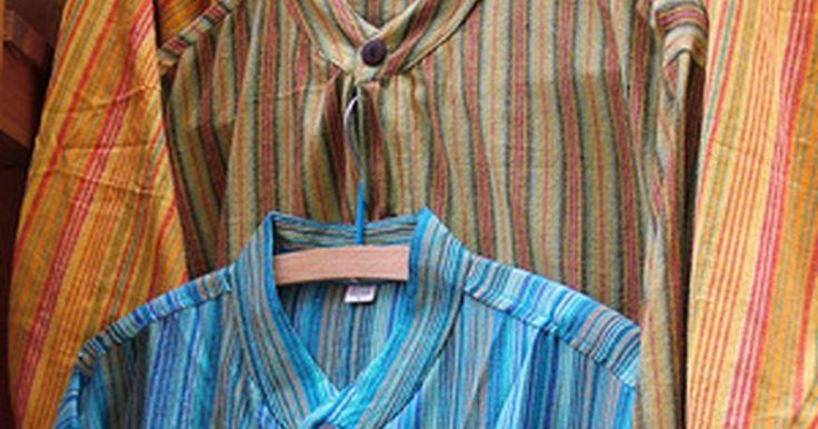 Cómo crear un vestuario de los años 60 para hombres. La moda hippie es fácil de crear. Es muy probable que conozcas a alguien que cuente con piezas originales de este vestuario en un ático o un armario.