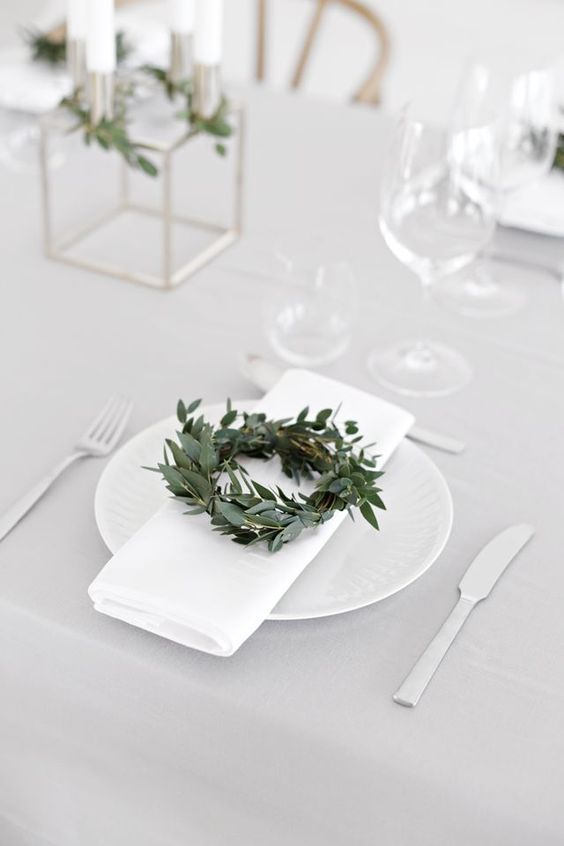 Ambiance scandinave chic et épurée pour cette décoration de table et coup de cœur pour la mini couronne posée sur chaque assiette #decoration #noel #DIY