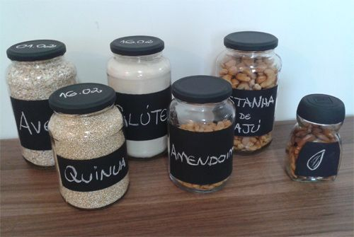 DIY how to organize food with chalkboard labels  See here: http://customizando.net/como-organizar-e-rotular-alimentos-em-vidros-de-conserva/
