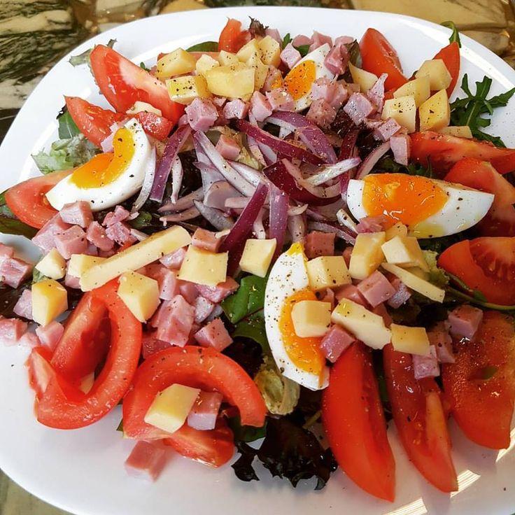 Maaltijdsalade met tomaat, rode ui, 1 gekookt ei, 100 gram hamblokjes, 30 gram kaas! Als dressing gewoon beetje olijfolie en peper & zout gebruiken