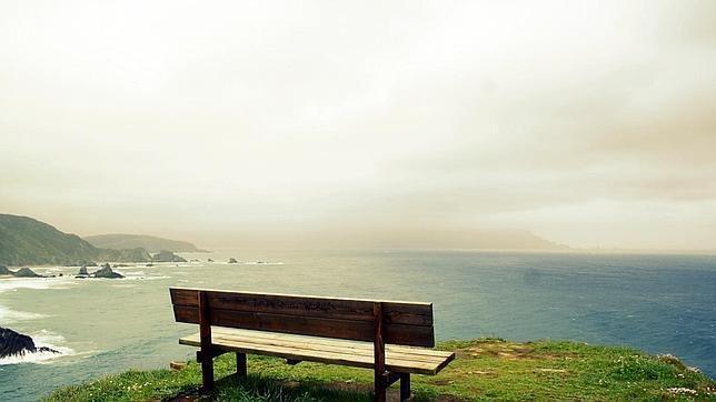 Las diez mejores vistas de Galicia. Se encuentra en Ortigueira y constituye uno de los mayores reclamos del municipio coruñés. Desde este banco, protegido de las masificaciones, se puede ver cómo el mar Cantábrico y el Océano Atlántico confluyen en el horizonte.