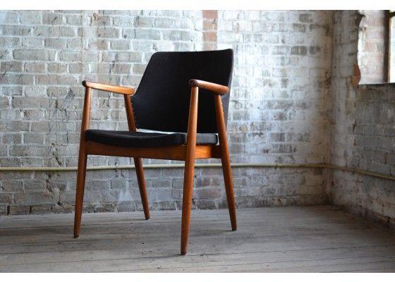 #Design #bureaustoel ontworpen door Erik #Kirkegaard in de midden jaren zestig, #Denemarken. De stoel is uitgevoerd met een teakhouten frame en grijze bekleding