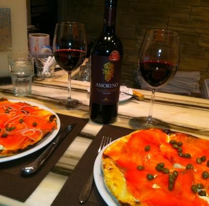 Arlequino Pizza à Mtl lieu idéal pour déguster un Amorino Montepulciano et une pizza Termoli au saumon fumé = l'accord parfait du lunch!