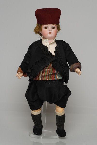 Πορσελάνινη κούκλα από τη συλλογή της βασίλισσας Όλγας ντυμένη με την ανδρική, γιορτινή φορεσιά του Καστελλόριζου