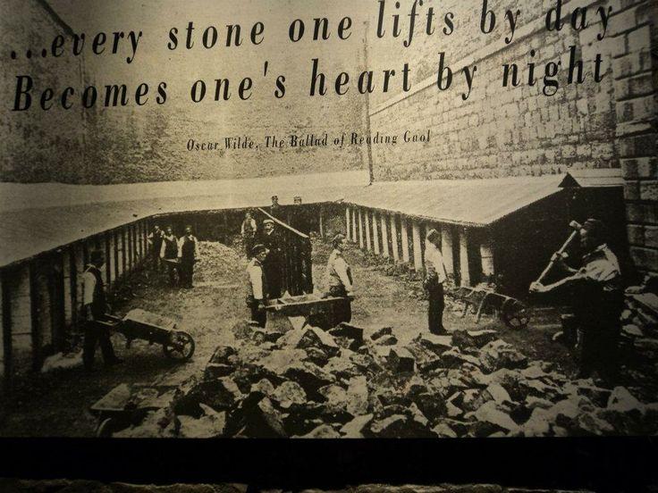 Cada piedra que levantas durante el día, se convierte en un corazón por la noche.