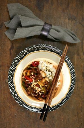 Picadinho oriental com arroz moti. Esse prato é super versátil: delicioso, cheio de estilo e resolve rapidinho o jantar com o que tem na geladeira.