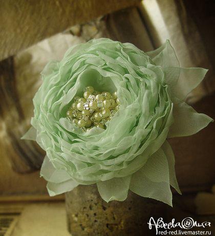 Брошь, заколка цветок из ткани. Мята и бисер. Цветы из ткани.   Брошь цветок из ткани оттенка мяты. Декорирована бисером и бусинами под жемчуг.    Брошка в форме цветка крепится не только на лифе платья, но и на поясе, в прическе или на головном уборе (ободке, шляпке, фате).