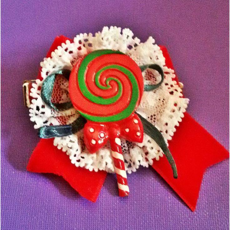 Fermaglio per capelli realizzato interamente a mano con raso, velluto e pizzo. Il lecca lecca è in resina e super colorato! Kawaii sweet baby lollipop pin up