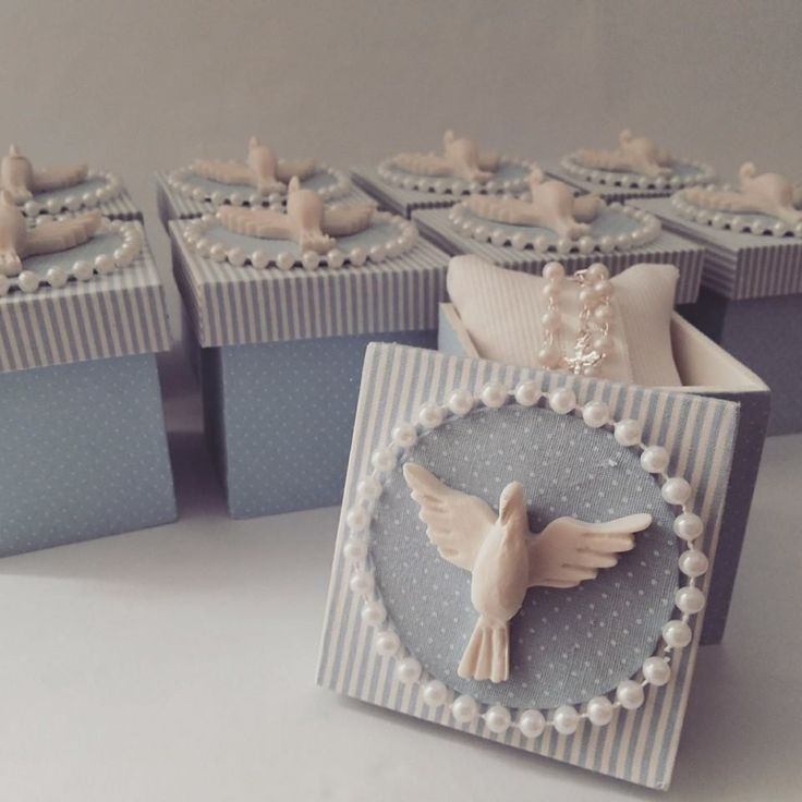 caixas de mdf decoradas em tecido de algodão, almofada com mini terço e tampa com divino de resina. mede 7x7x5 cm  incluso tag
