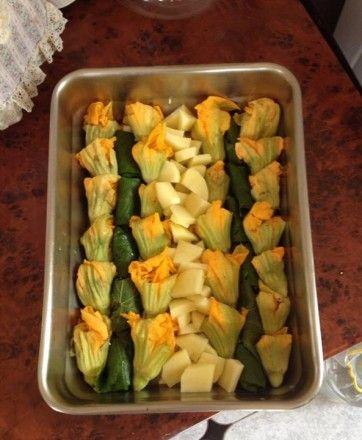 Γεμιστά αμπελόφυλλα και κολοκυθοανθοί με κυδωνάτες πατάτες