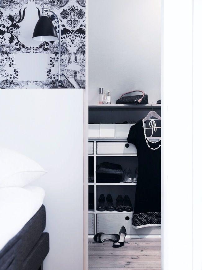 I dette soveværelse er pladsen under skråvæggen udnyttet til walk-in closet. Når dørene til garderoben er lukket, syner det at sengen står med hovedgærdet op mod en almindelig væg, og rummet er i perfekt symmetri. Der går døre ind i garderoben på begge sider af sengen, og pladsen under de skrå vægge er udnyttet optimalt med skuffer, hylder og bøjleplads.