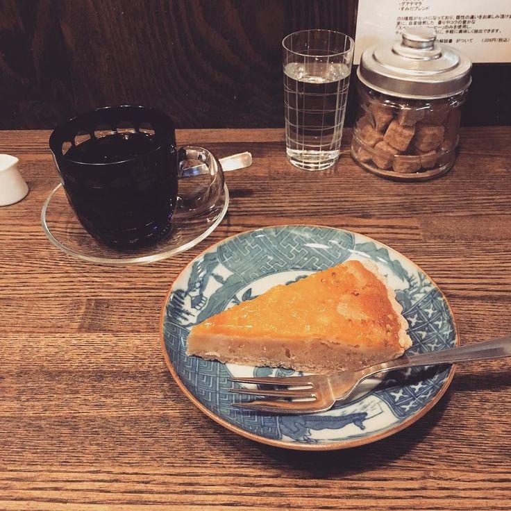 すみだブレンド(やや深煎り)とオレンジタルト こじんまりして落ち着く店内で目の前で入れるハンドドリップの珈琲が頂けます墨田区らしく江戸切子のカップがいいね #すみだ珈琲 #珈琲 #コーヒー #coffee #カフェ #cafe #墨田区