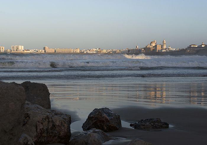 De baai van Cádiz, 10 hotspots - Nomad & Villager Stralend wit, op een rots geplakt is dit een van de mooiste witte dorpen van Andalucía, helemaal in Moorse stijl. Met smalle steegjes, sinaasappelbomen en een bankjes met ingelegd mozaïek. Je hoort de klok blikkerig het uur slaan. Oh ja laat je de berg afrollen langs één van de mooie routes en je staat op het prachtige strand van El Palmar met zijn fraaie duinenrijen en velden vol koeien. Beeld Nicole Franken Tekst Anneke de Bundel