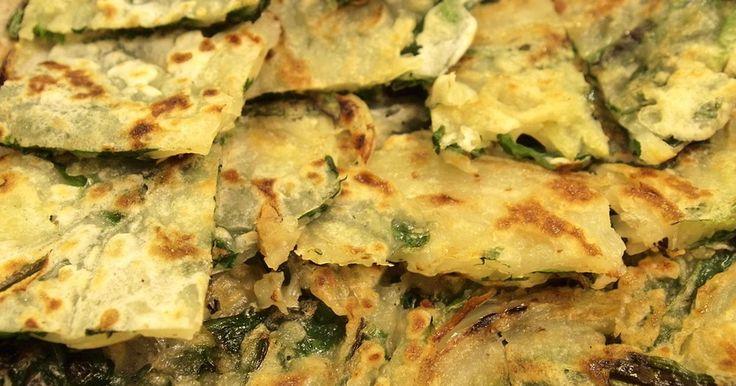 卵なし!野菜を切ったら混ぜて焼くだけ。 ニラと玉ねぎがよく合います。チヂミは韓国料理の日の副菜にとっても簡単♪