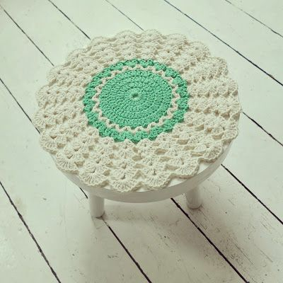 Crochet stool cover - so pretty; but couldnu0027t find a pattern  sc 1 st  Pinterest & 237 best Bancos revestidos em crochet images on Pinterest ... islam-shia.org