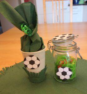 Mitgebselbecher und Süßigkeitenglas im Fußball-Design