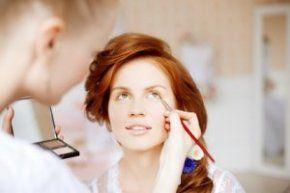 Frisuren und Make-up für ein schlankeres Gesicht