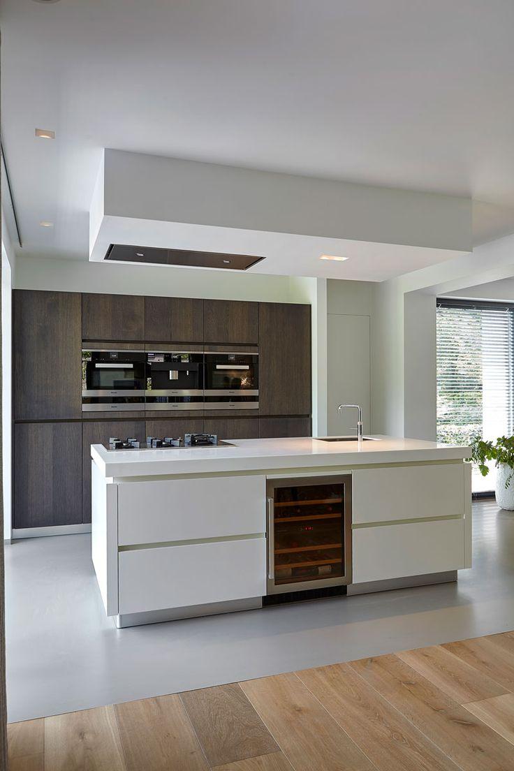 DINING ROOM | WOLFS ARCHITECTEN | PROJECT VIA @THEARTOFLIVINGONLINE #wolfsarchitecten #interior #interiordesign #keuken #kitchen #kookeiland #quooker #minibar #miele #gietvloer #modern #dutchvilla