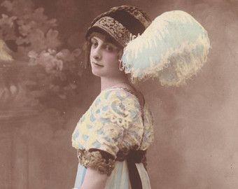 Cartolina tedesca - giovane donna in periodo vestito con cappello di piuma, tinteggiata scheda - cartolina d'epoca romantica in stile art nouveau - 1914 (B463)