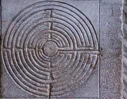 Het labyrint staat voor LEVENSWEG. Het labyrint symboliseert onze innerlijke en uiterlijke levensreis. Het heeft in tegenstelling tot een doolhof één enkel pad dat ons langs een aantal wendingen naar het centrum leidt en weer terug naar buiten. Voor veel mensen heeft het een helend effect op het leven.