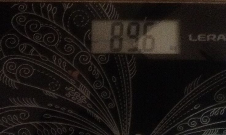 Боевые будни фотографа  Почти месяц прошёл как я начал заниматься боксом и первый результат- это на весах. Начинал с веса 96,5. Почти 7 кг за месяц. Ни на какой диете не сижу. Ограничил себя только в быстрых углеродах( сладкое, мучное) и то правда пару раз рука до печенья добиралась, но исключительно с утра. По вечерам ем овощи, если  есть захочется. Ну и конечно же это интенсивные тренировки по боксу и бег. Уверен, что если бы не травма колена, цифры на весах были бы ещё более впечатляющие…