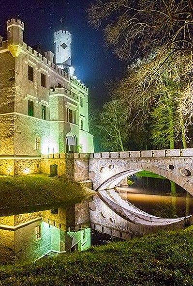 Carpniki Castle, Poland (XIXc) What a beautiful reflection
