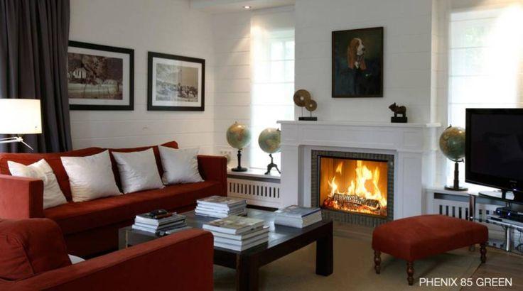 Phenix 85Green - Classic style living room with red couches, fireplace and wooden coffee table. #livingroom #interiordesign Bodart&Gonay: by Biojaq - Comércio e Distribuição de Recuperadores de Calor Lda