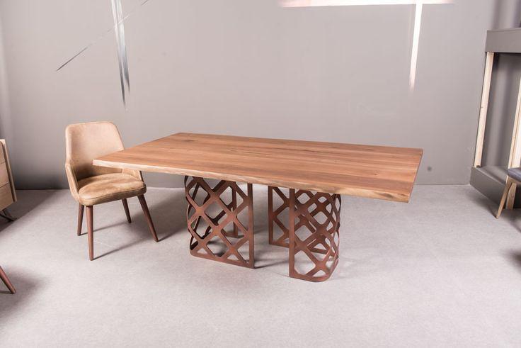 Μοντέρνα τραπεζαρία Gliter με μασίφ ξύλο δρυ  και μεταλλικό πόδι βαμμένο με ηλεκτροστατική βαφή υψηλής αντοχής. Καρέκλα  Smile με αναπαυτικό κάθισμα, ξύλινη πλάτη και επένδυση υφάσματος της επιλογής σας.