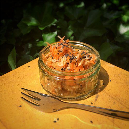 paleo Rohkostsalat mit Sesam - Dieser paleo Rohkostsalat schmeckt herrlich frisch mit Karotten, Sellerie und Äpfeln. Perfekt als Beilage zum paleo Grillen oder zu einem asiatischen Gericht.