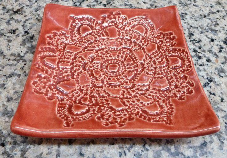 Plato cuadrado chico de cerámica. Estampado con crochet y pintado con esmalte importado