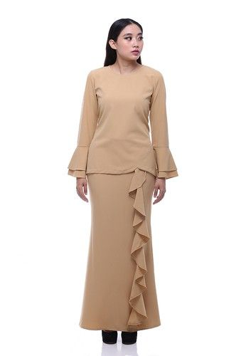 Suraiya Modern Kurung from Secretcode in Multi and Brown Simplicity is the ultimate sophistication. Suraiya Kurung is the minimalist but never tolerate with the outstanding effect by its ruffle skirt and double bell sleeves. The cutting and fabrics is the most comfortable and allure as its best.Top:- Polyb...