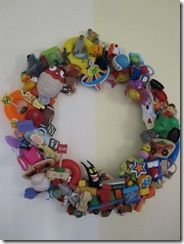 Happy Meal Toy wreath.Child Room, Christmas Wreaths, Happy Meals, Toys Wreaths, Plastic Toys, Kids Room, Meals Toys, Corona Navideñas, Crafts