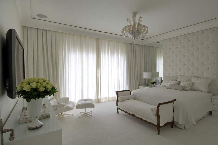 Hotelkamergevoel door gordijnen. Spiegels naast het bed.