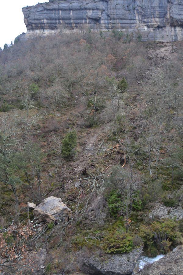 Desprendimiento de unas rocas en el sendero de la Cascada de la Mea, Puentedey