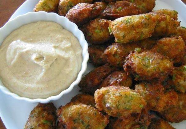 Υπέροχες κροκέτες μπακαλιάρου και ντιπ γιαουρτιού με άρωμα σκόρδου. Μια συνταγή για να απολαύσετε τραγανές και πολύ νόστιμες κροκέτες μπακαλιάρου σαν μεζεδ