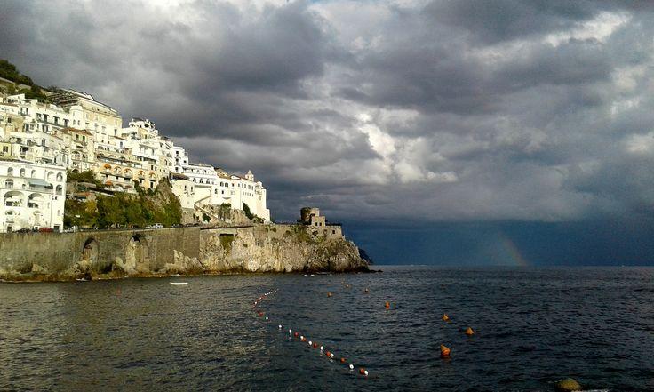 https://flic.kr/p/NpCLsv | Una de poetas... | «El día del Juicio Universal, para los amalfitanos que suban al Paraíso será un día como todos los otros». Esa fue la magnitud que le dio a la belleza del lugar el poeta italiano Renato Fucini...no es para menos.. Ya veis  que en este día, hay nubes tormentosas , cielo azul al mismo tiempo que un trozo de arco iris se asoma , entre el cielo y el Tirreno...nadie podría imaginar tanta poesía.