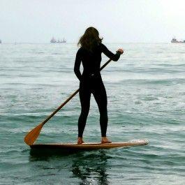 e58119681 Saindo da água com a prancha e remo de Stand up paddle (SUP) em ...